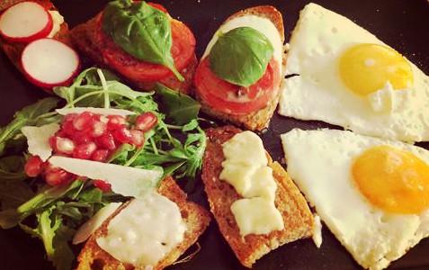 Śniadanie jajka sadzone + grzanki