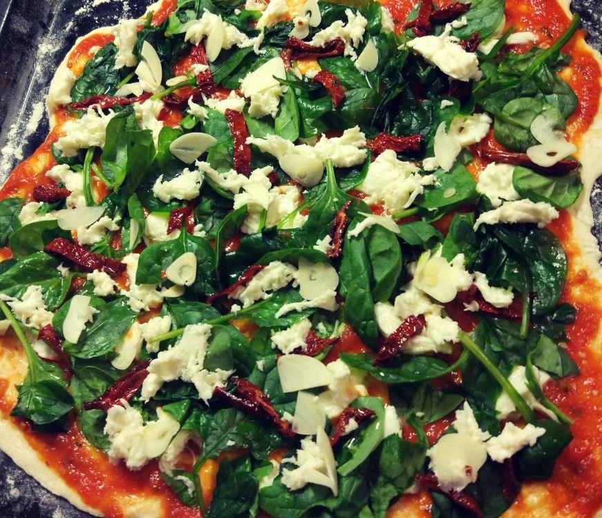 Pizza pieczone pomidory + szynka / szpinak + suszone pomidory + czosnek