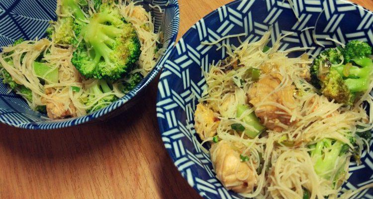 Stirfry łosoś + brokuły + makaron ryżowy + sos słodko-kwaśny