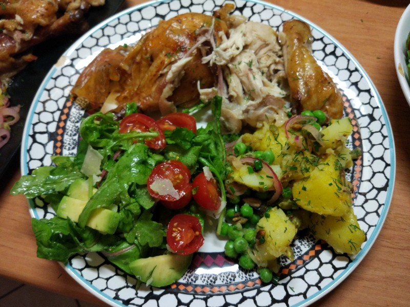 Kurczak pieczony + sałatka ziemniaczana + zielenina i pomidorki
