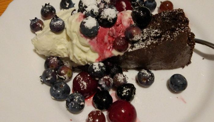 Brownie + masa z mascarpone i śmietanki + owoce