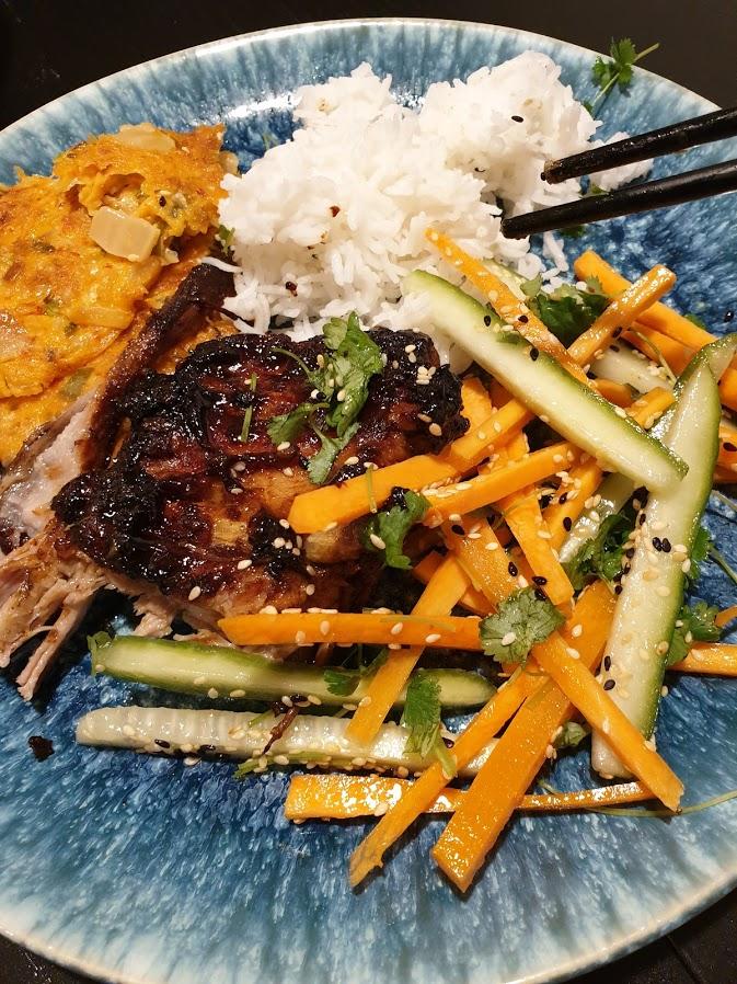 Pieczone żeberka, placuszki kimchi, sałatka marchew + ogórek i ryż