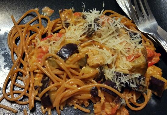 Makaron + bakłażan + pomidorki + chilli