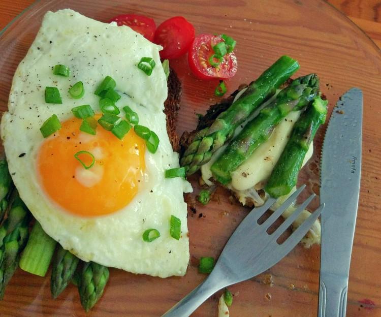 Śniadanie klasyk jajka + szparagi + pomidory + grzanki
