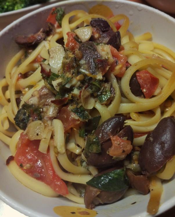 Makaron pomidory + oliwki + pistacje