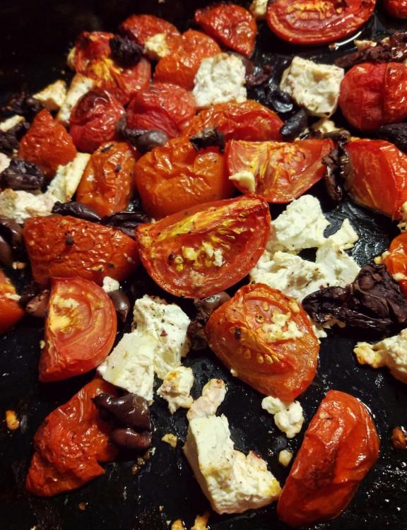 Pieczone pomidory + feta + oliwki