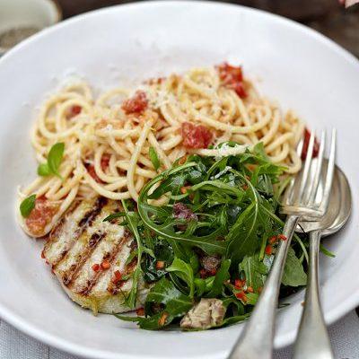 Stek z tuńczyka + makaron z pomidorami + rukola + oliwki