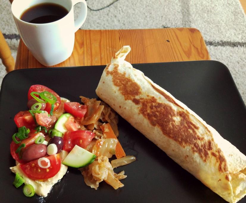 Śniadanie hummus + warzywa + kiszonki