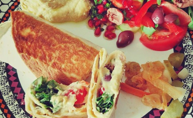 Śniadanie totrilla + hummus + sałatka + kiszonki 2