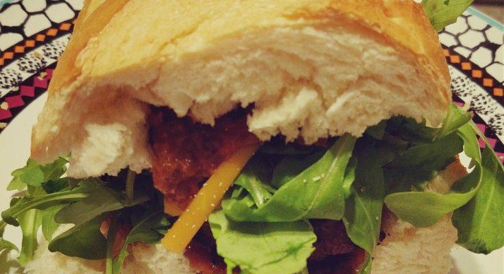 Kanapka na ciepło klopsiki + cheddar + sos pieczeniowy + rukola