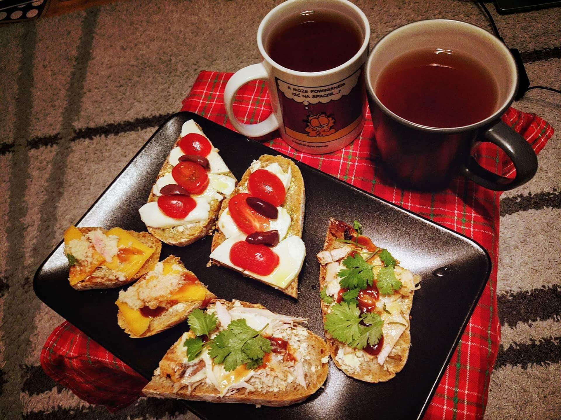 Kolacyjka herbata z domową nalewką + kanapałki