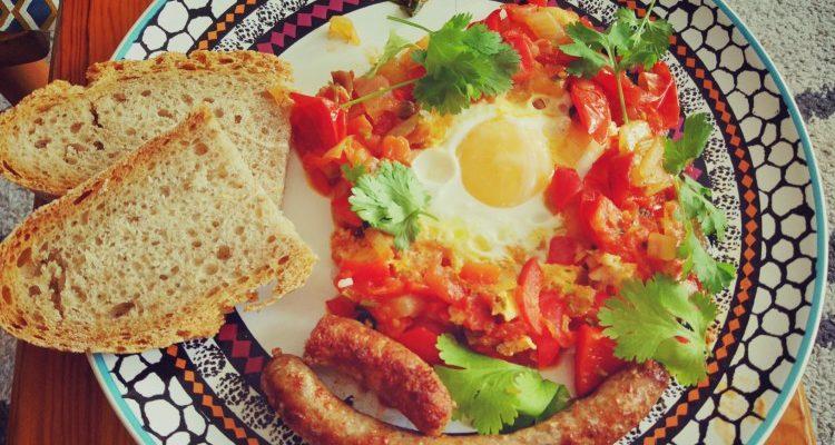 Śniadanie szakszuka czerwona + kiełbaska 2
