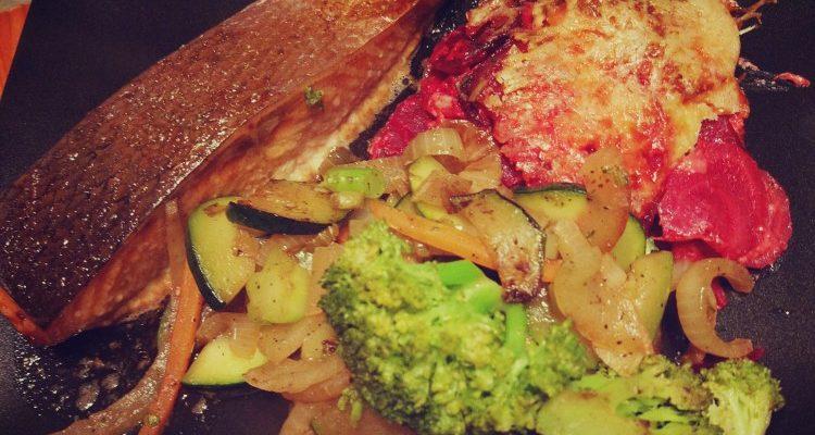 Gratin z buraczków i pietruszki + warzywa z patelni + pieczony łosoś