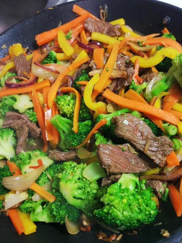Stir fry z sosem słodko-kwaśnym stek + marchew + brokuły + papryka + shitake