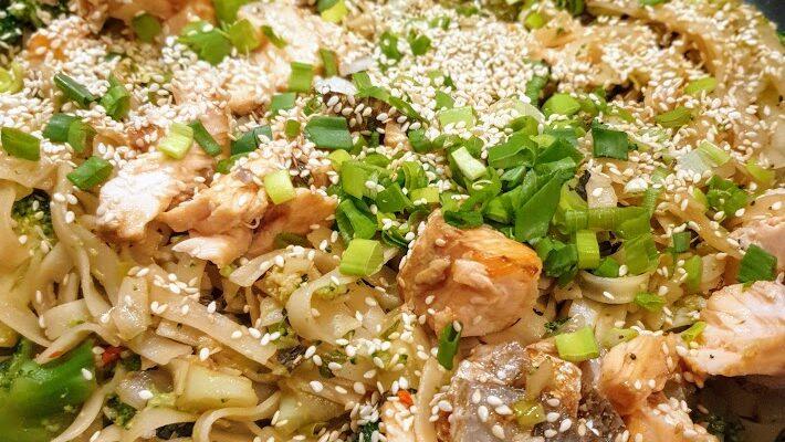 Stir fry z łososiem pieczonym w sosie sojowym