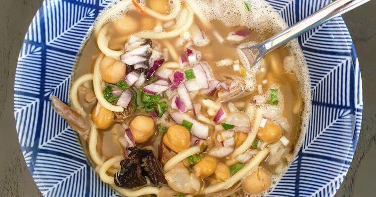 Pikantny, orientalny rosół z kaczki z suszonymi grzybami i makaronem ramen