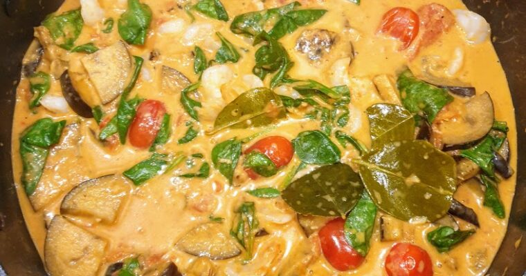 Czerwone curry po tajsku z bakłażanem i krewetkami